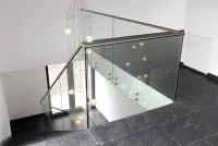 Hochwertiges Glasgelaender SOLO mit freiem Blick auf den Baukoerper durch Punkthalterung aus Edelstahl