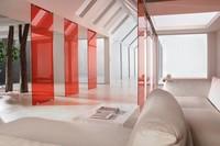 Individueller Aufbau der Glastrennwand Pur in Rot