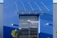 punktgehaltenes-glasvordach-mit-zugstangen