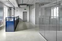 trennwand-aus-glas-in-einer-industriehalle