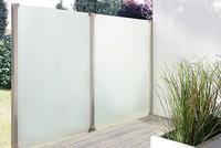 wind-und-sichtschutz-aundo-aus-satiniertem-glas-als-elegante-loesung-fuer-mehr-privatsphaere-auf-dem-balkon-oder-der-terrasse