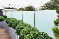 Wind- und Sichtschutz Densa mit zweiteiligem Pfostensystem puristisch und modern