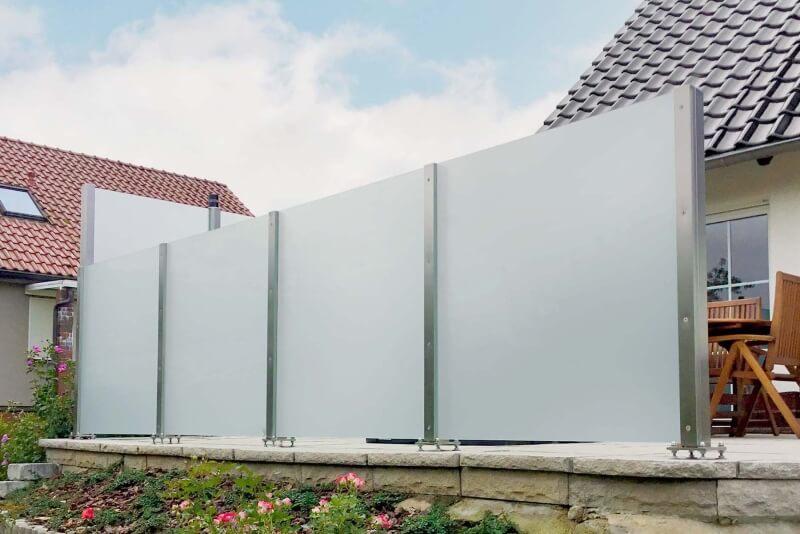 Blickdichter Glaszaun als Wind- und Sichtschutz-für den Garten mit Gefälle