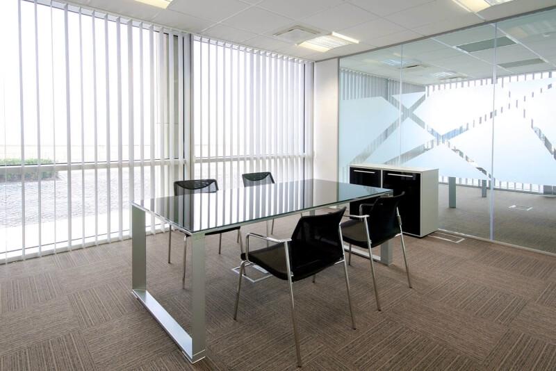 büroraum-mit-glastrennwand-slim
