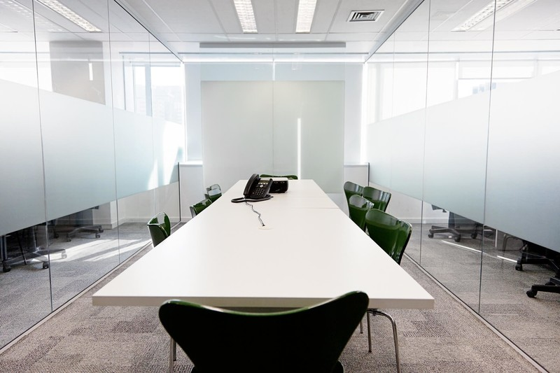 büroraum-mit-teilsatiniertem-glas