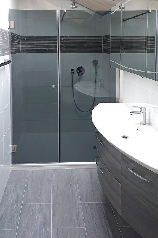 Duschabtrennung Nische mit Tür und Festteil aus dunklem Grauglas