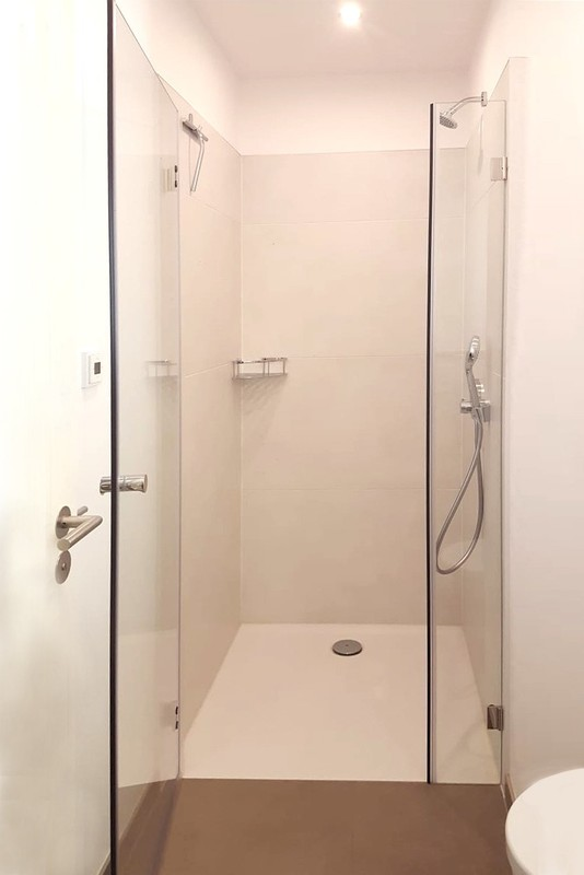 Duschtür Nische mit schmalem Festteil und großer Tür