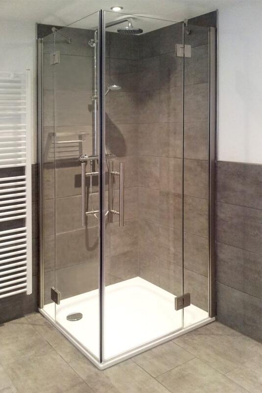 eckdusche-aus-glas-auf-duschtasse-mit-zwei-festteilen-zwei-türen-und-griffstangen-1