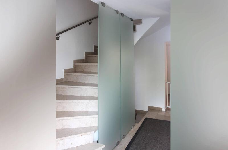 glastrennwand-mit-edelstahlklemmen-und-satiniertem-glas