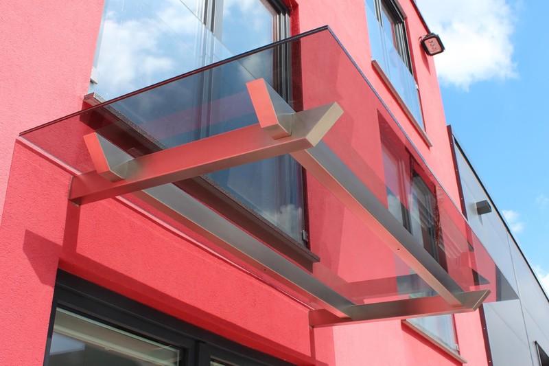 Glasvordach Skala mit überblatteten Trägern