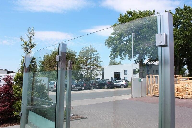 Glaszaunsystem Devitro individuell nach Maß mit Rückseitigen Glasklemmen