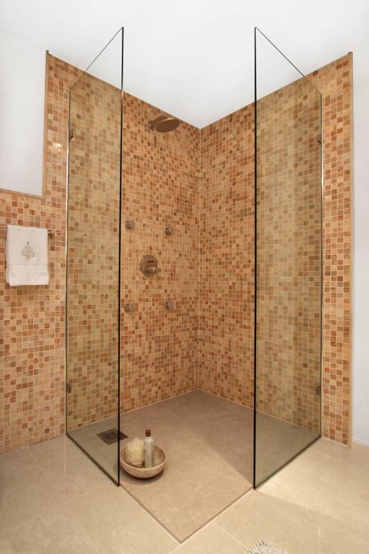 Große Walk-in Dusche mit zwei getrennten Glaselementen