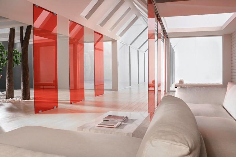 individueller-aufbau-der-glastrennwand-pur-in-rot