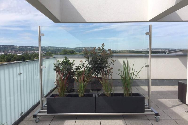 Mobiler Windschutz und Sichtschutz auf Rollen und Ablagefläche freistehend für Garten Terrasse und Balkon
