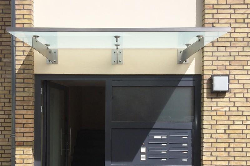 regenrinne-an-vordach-aus-glas-auf-edelstahl-schwertern