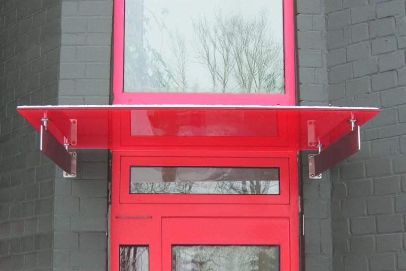 rotes-glas-vordach-schwertgetragen