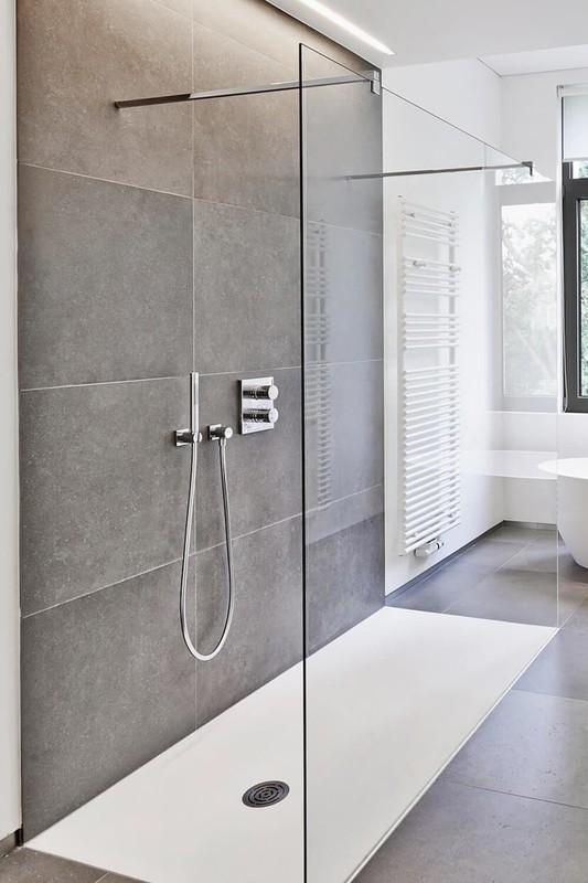 Walk-in Dusche mit großem Element aus Klarglas und zwei Stabilisierungsstangen