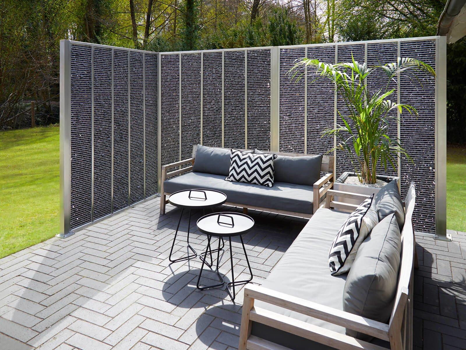 Gabionenzaun aus Steinen als Abgrenzung für die Terasse massgefertigte Ausführung im eleganten Design