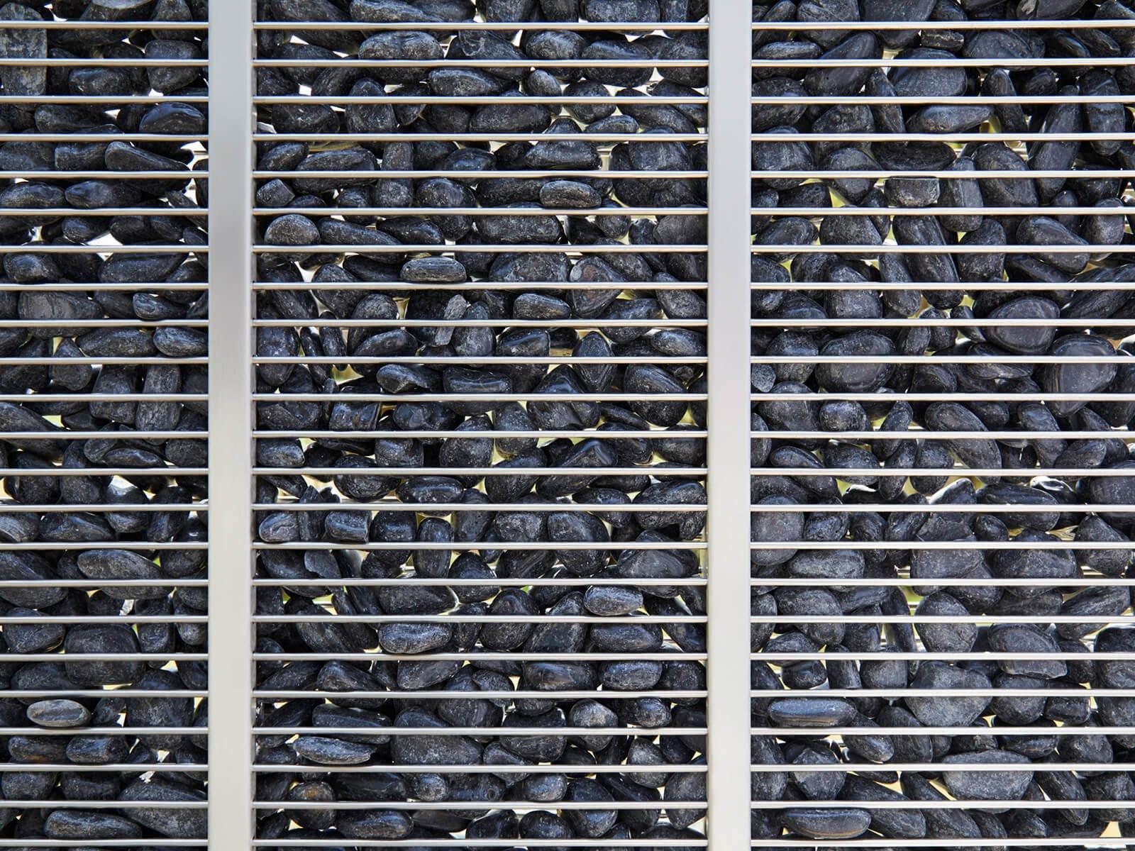 Gabionenzaun Genta gefüllt mit Steinen mit einer empfohlenen Körnung von 15-30 mm