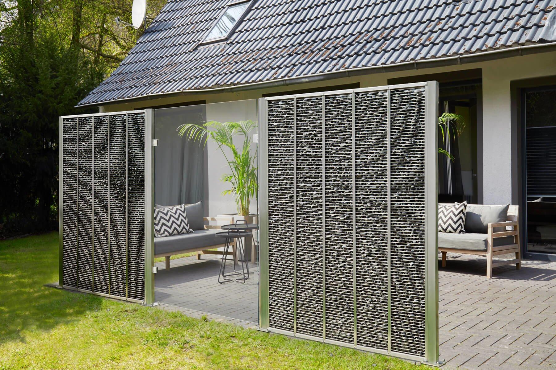 Moderner Gabionenzaun mit Cortenelement kombiniert schützt Garten und Terrasse vor Wind Blicken und Lärrm