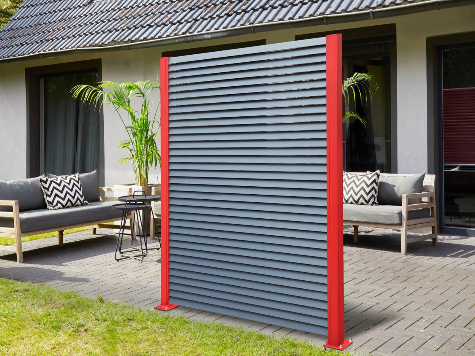 Lamellenzaun mit Windschutz und Sichtschutz in Individueller roter Farbe vereint Funktion mit Design