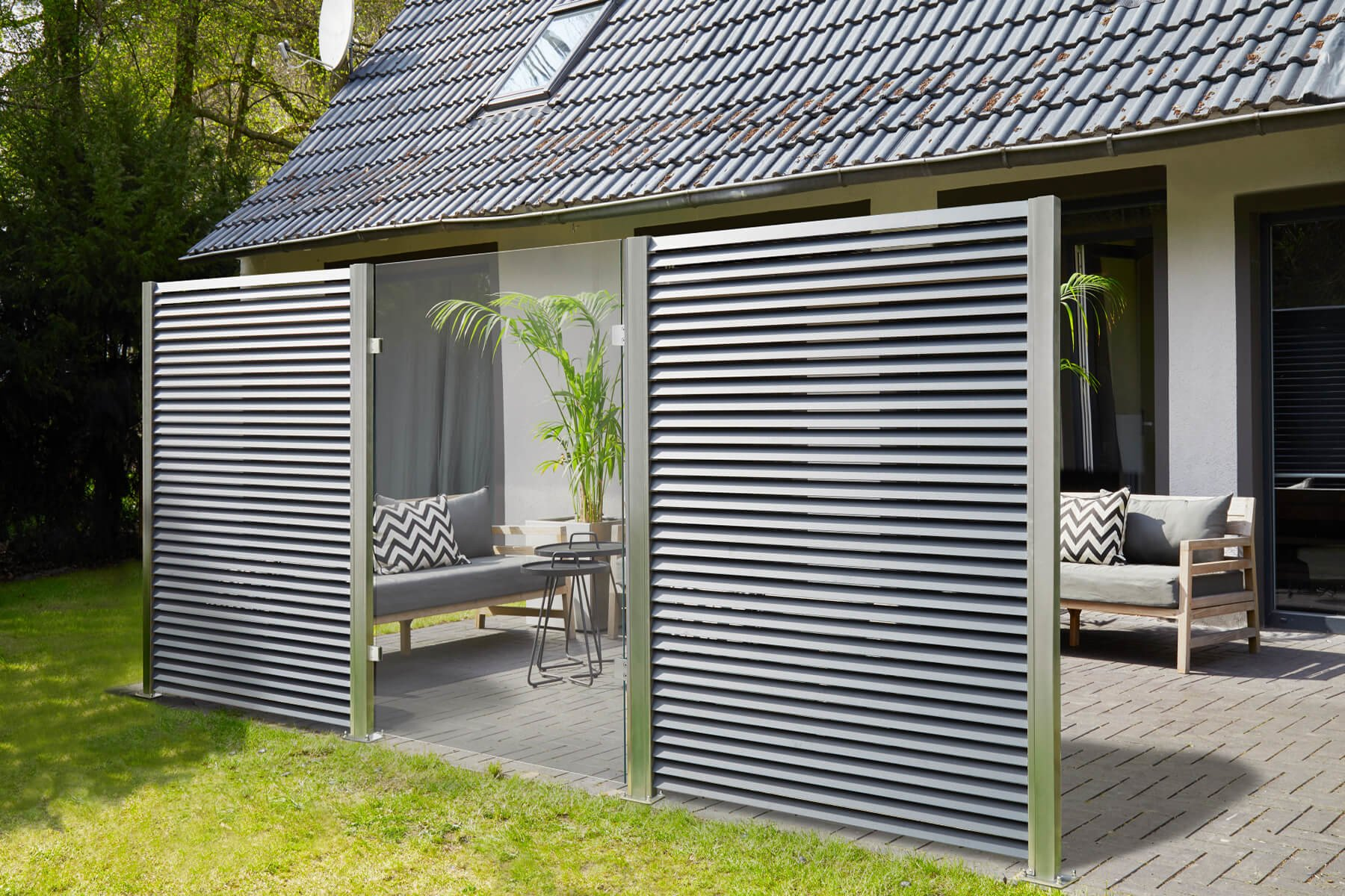 Lamellenzaun Porto kombinierbar mit verschiedenen Elementen Glas Corten oder Gabionen ein Highlight für jede Terrasse oder Garten