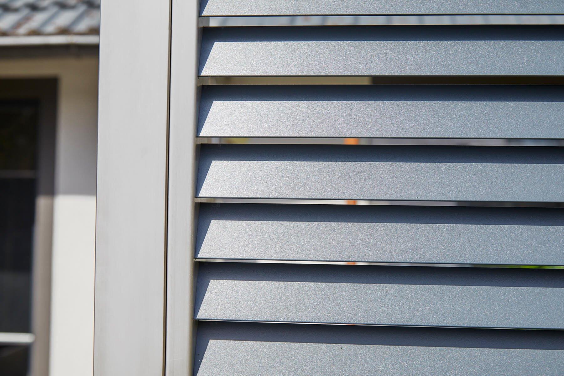 Lamellenzaun Porto mit Lamellen aus Aluminium in Anthrazit und weiteren Farben Pulverbeschichtung nach Wunsch