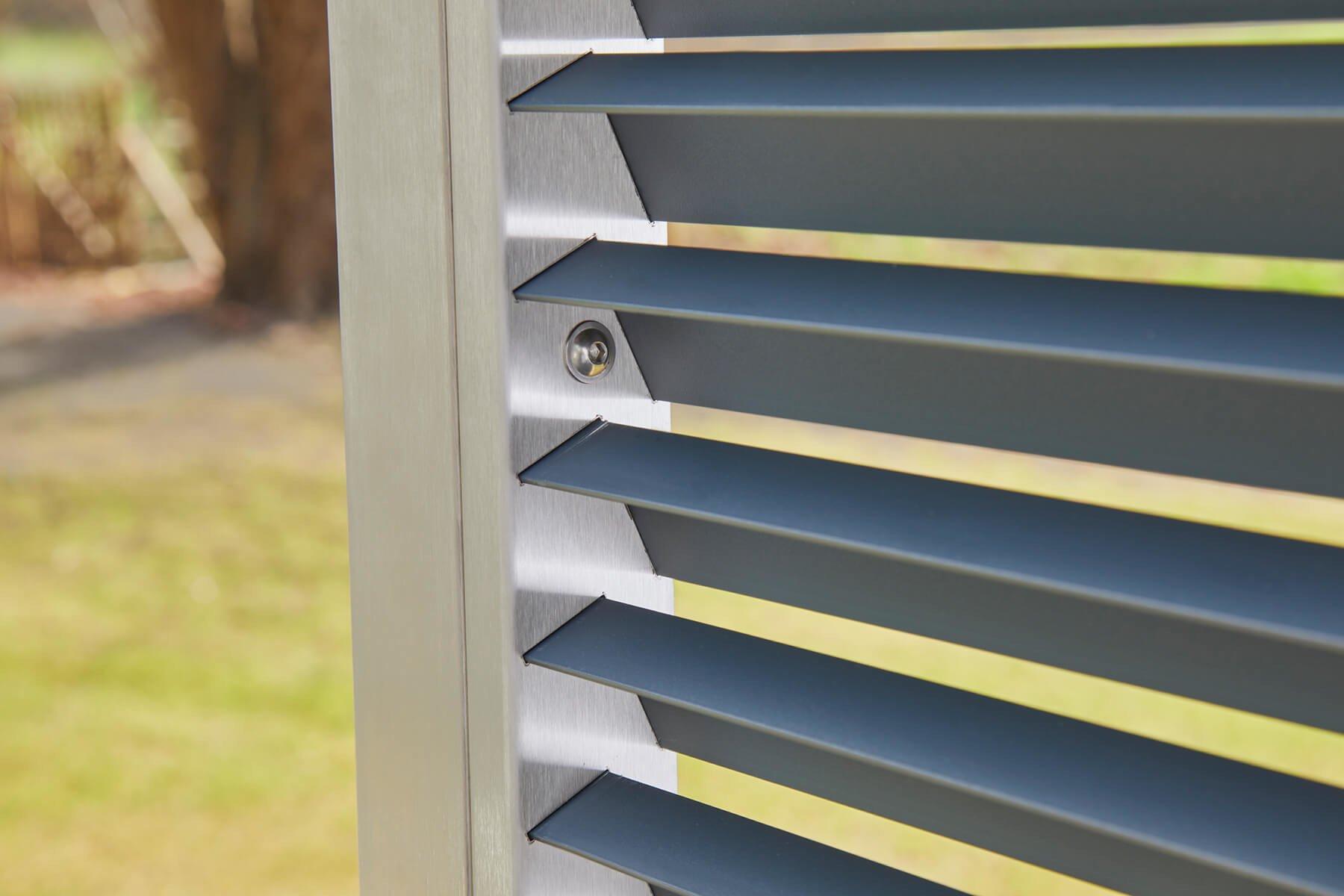Moderner Lamellenzaun mit optimaler Lichtdurchlässigkeit tranzluzen sorgt für ein perfektes Ambiente auf der Terrasse oder im Garten