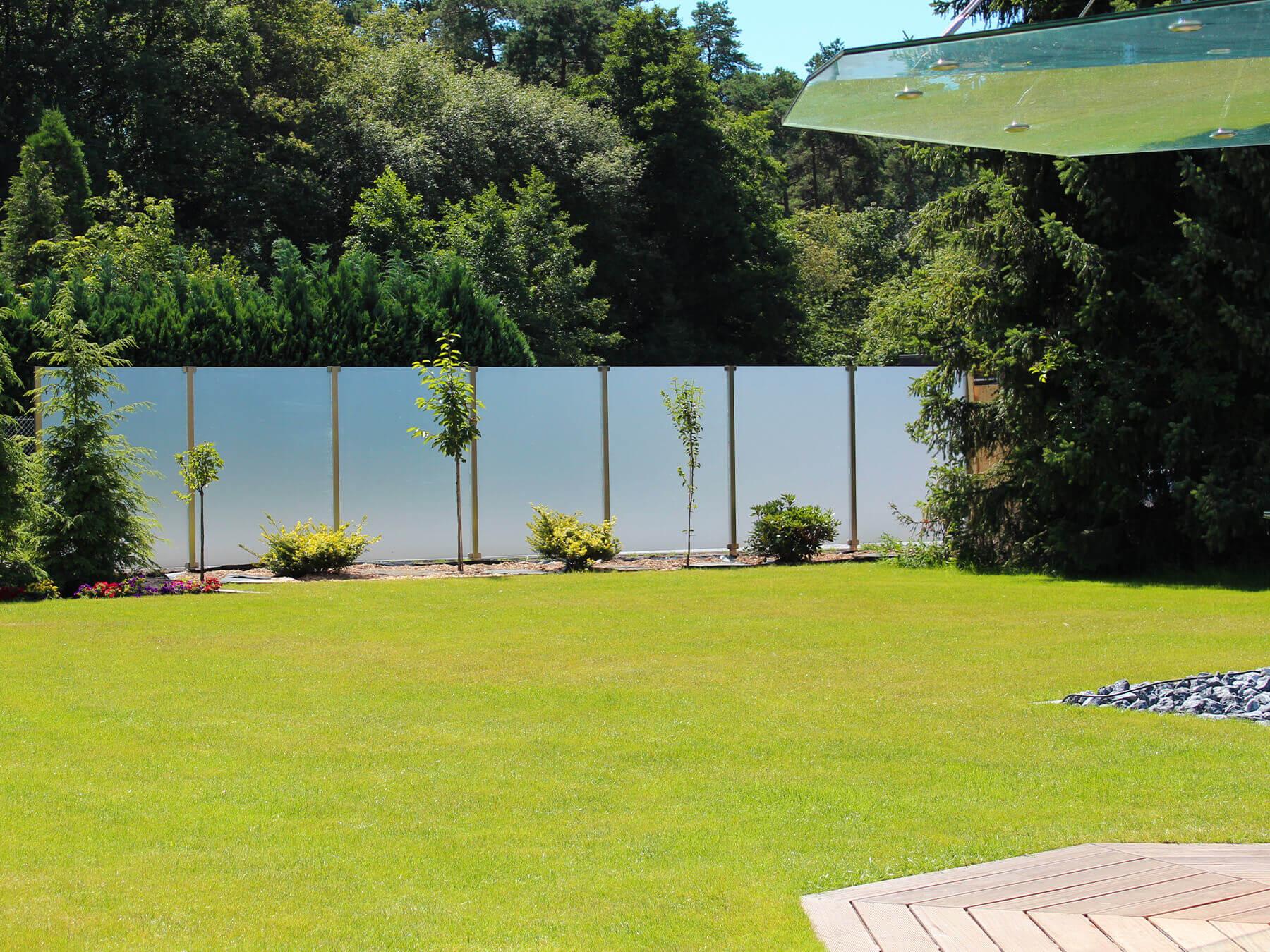 Langer Wind- und Sichtschutz mit Glaseckhalterung  im großen Garten