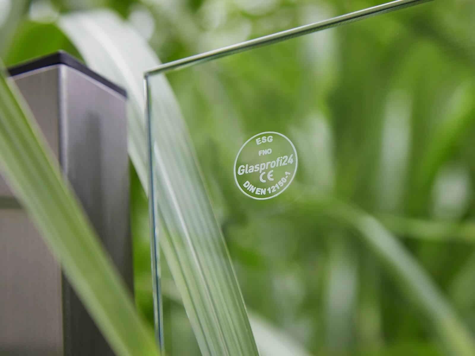 glas-an-pflanzkästen-mit-sichtschutz