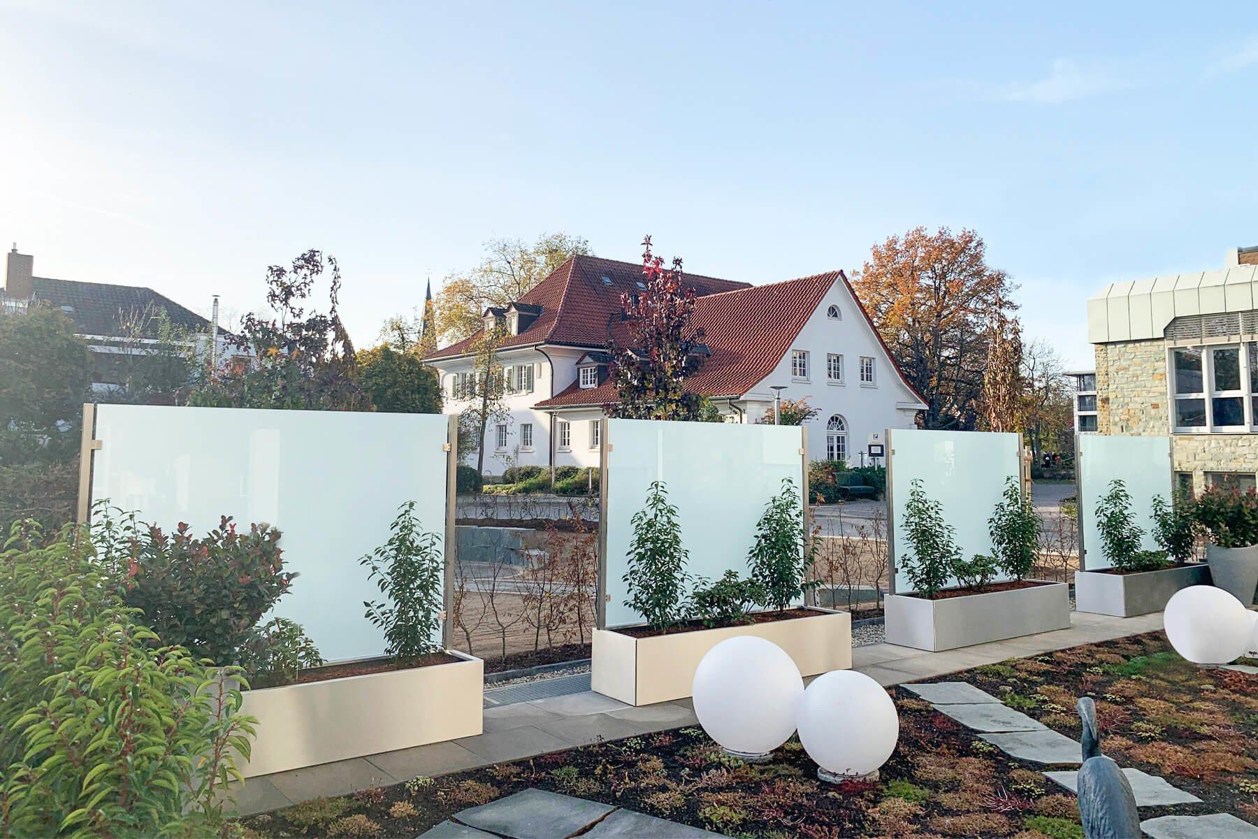 Bank mit Sichtschutz bepflanzt