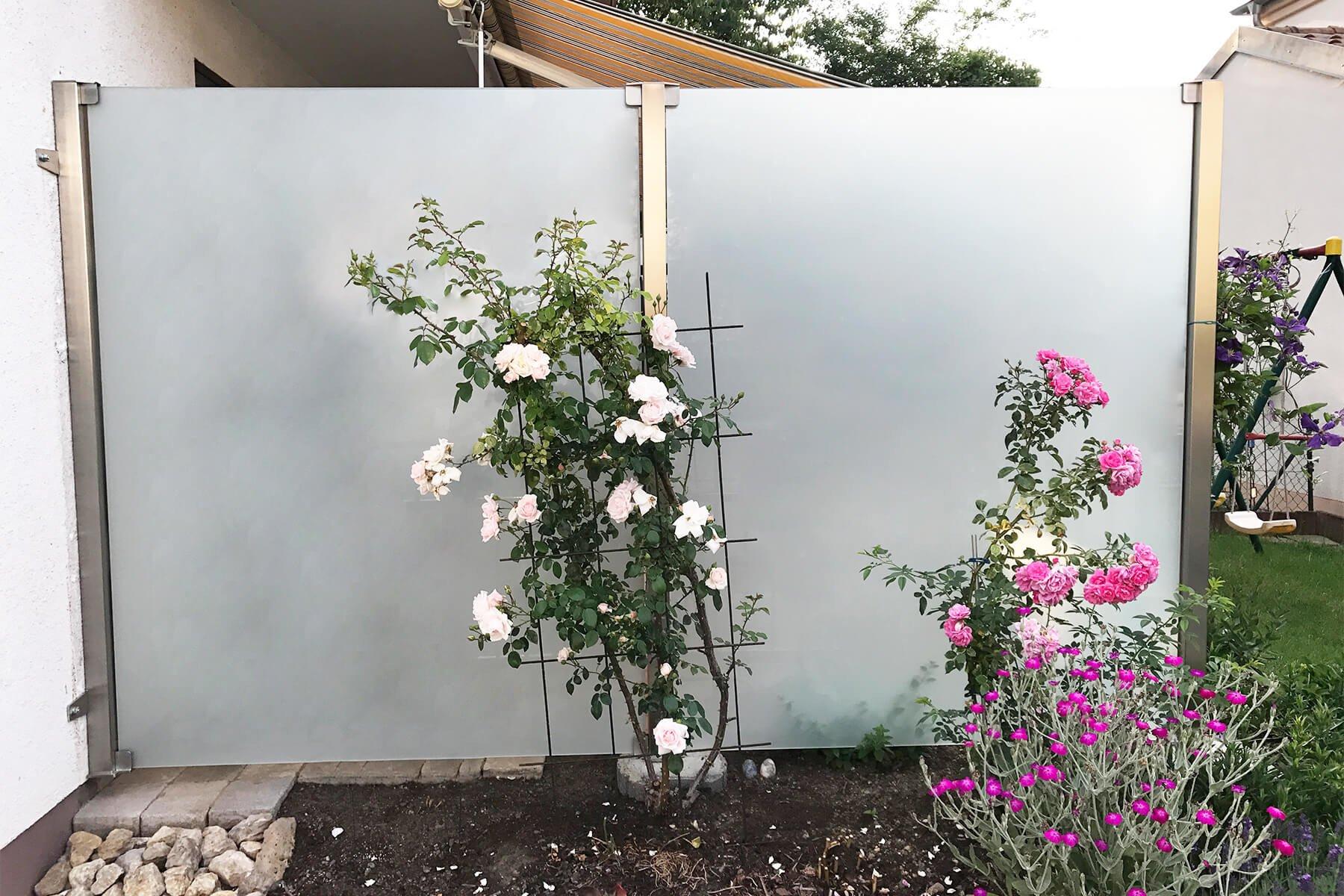 Glaszaun Aundo aus satiniertem Glas Optimale Lösung für Privatsphäre im Garten oder der Terrasse