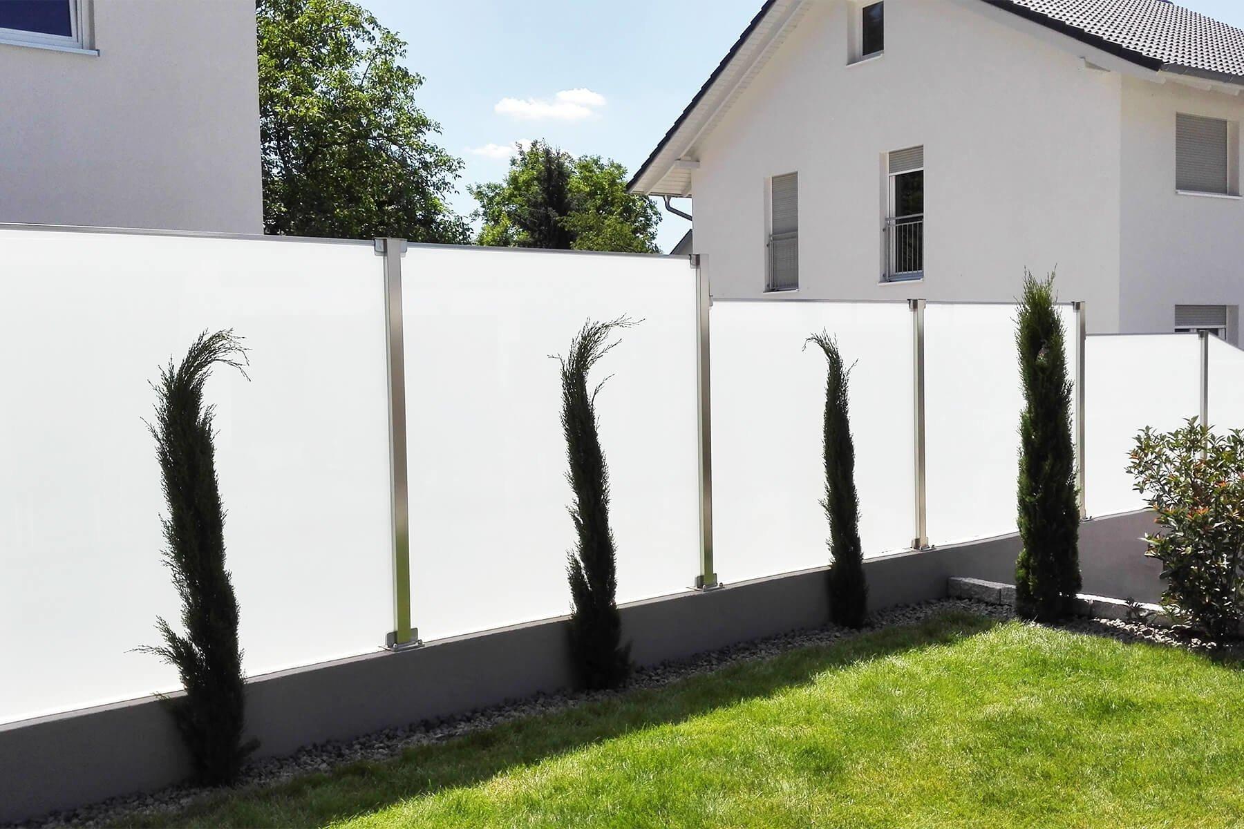 Glaszaunsystem Aundo mit Schrägschnitten die perfekte Lösung für Höhenanpassungen im Garten oder auf der Terrasse