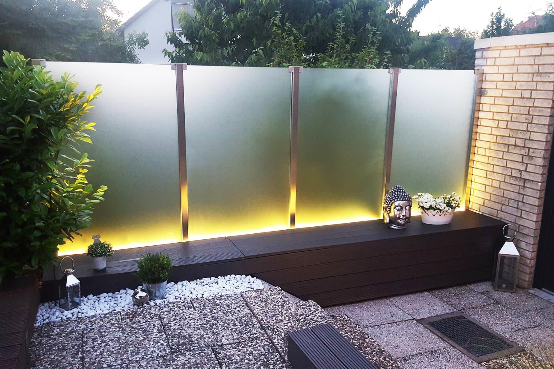 Glaszaunsystem mit Beleuchtung aus satiniertem Glas als elegante Lösung für mehr Privatsphäre auf dem Balkon oder  der Terrasse