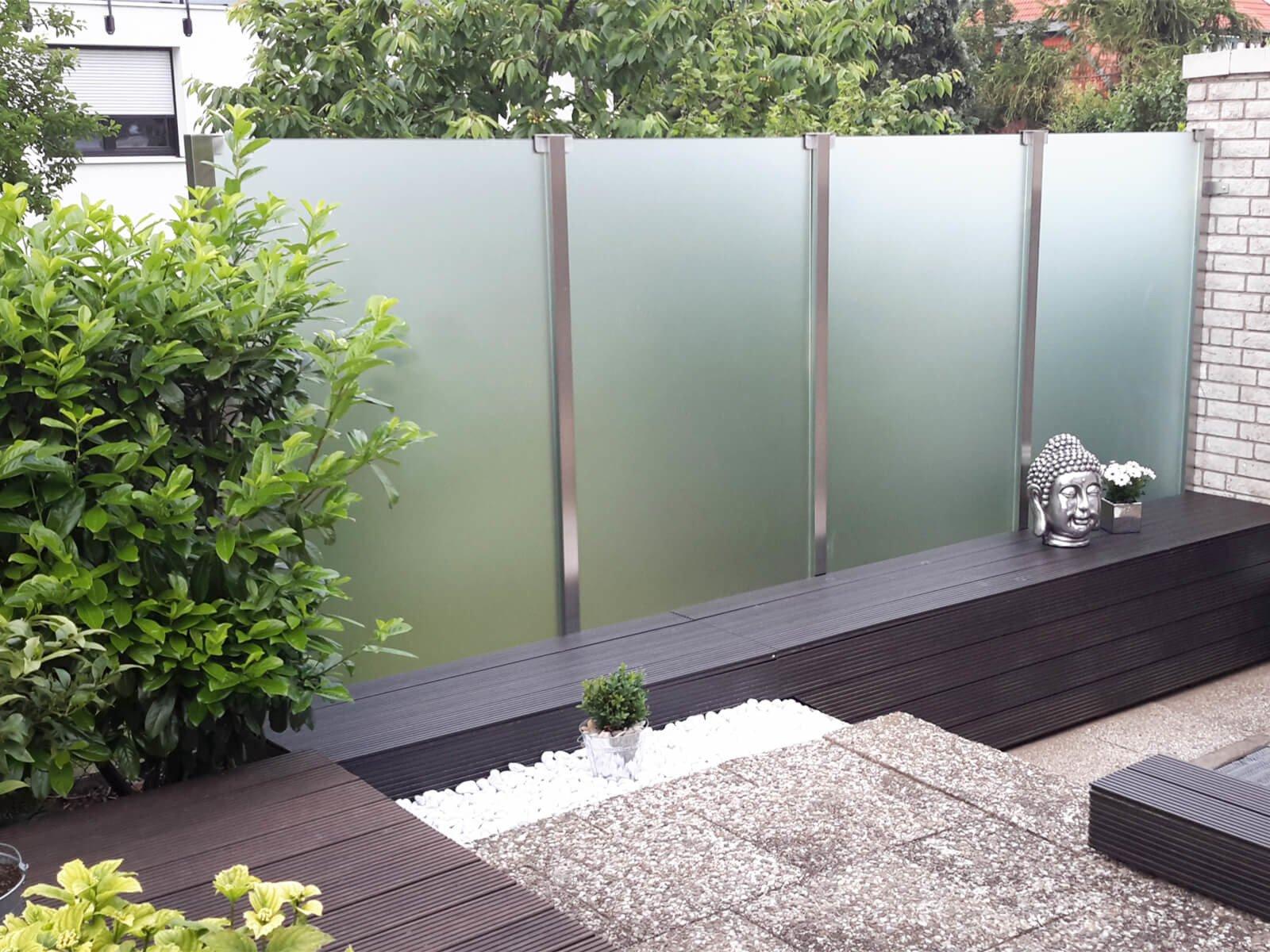 Satinierter Glaszaun als Windschutz und Sichtschut für Garten und Terrasse in moderner zeitlosen Optik