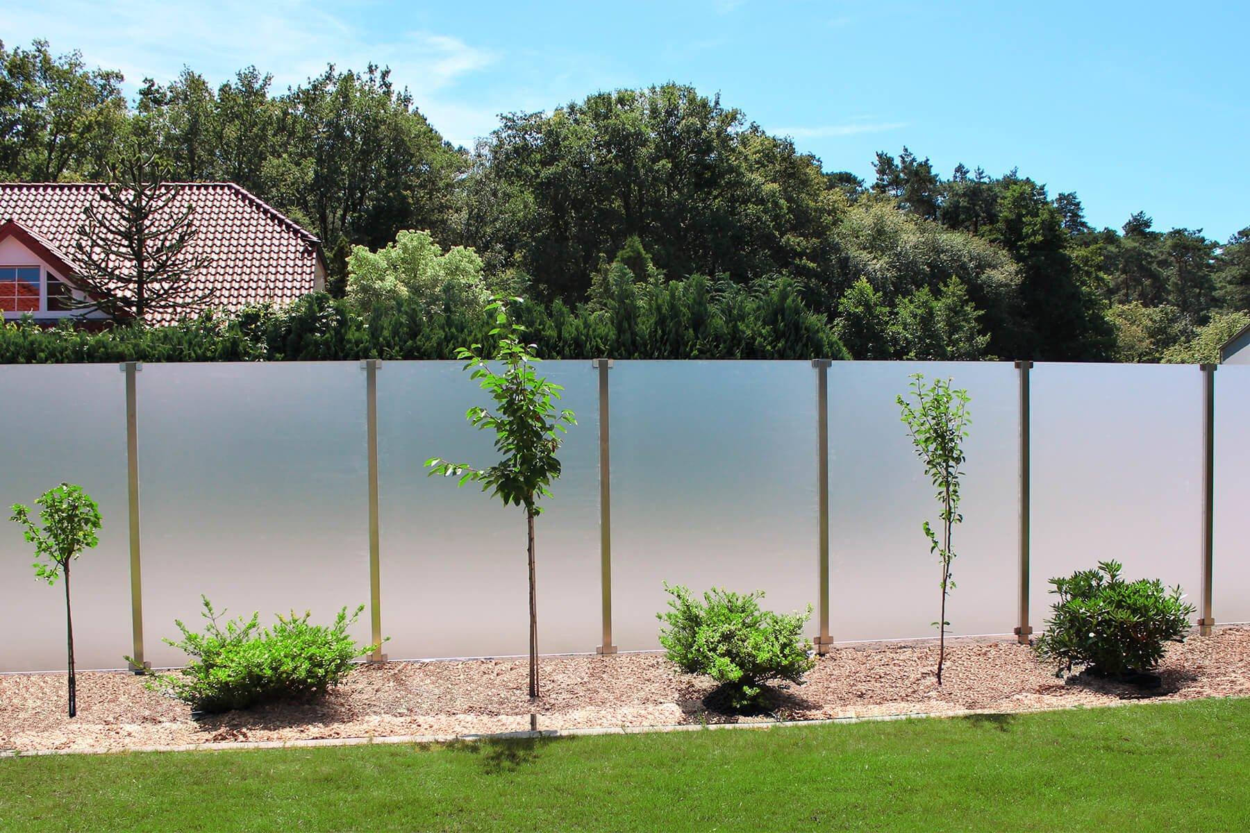 Wind- und Sichtschutz Aundo mit satiniertem Glas ideal für große Flächen im Garten