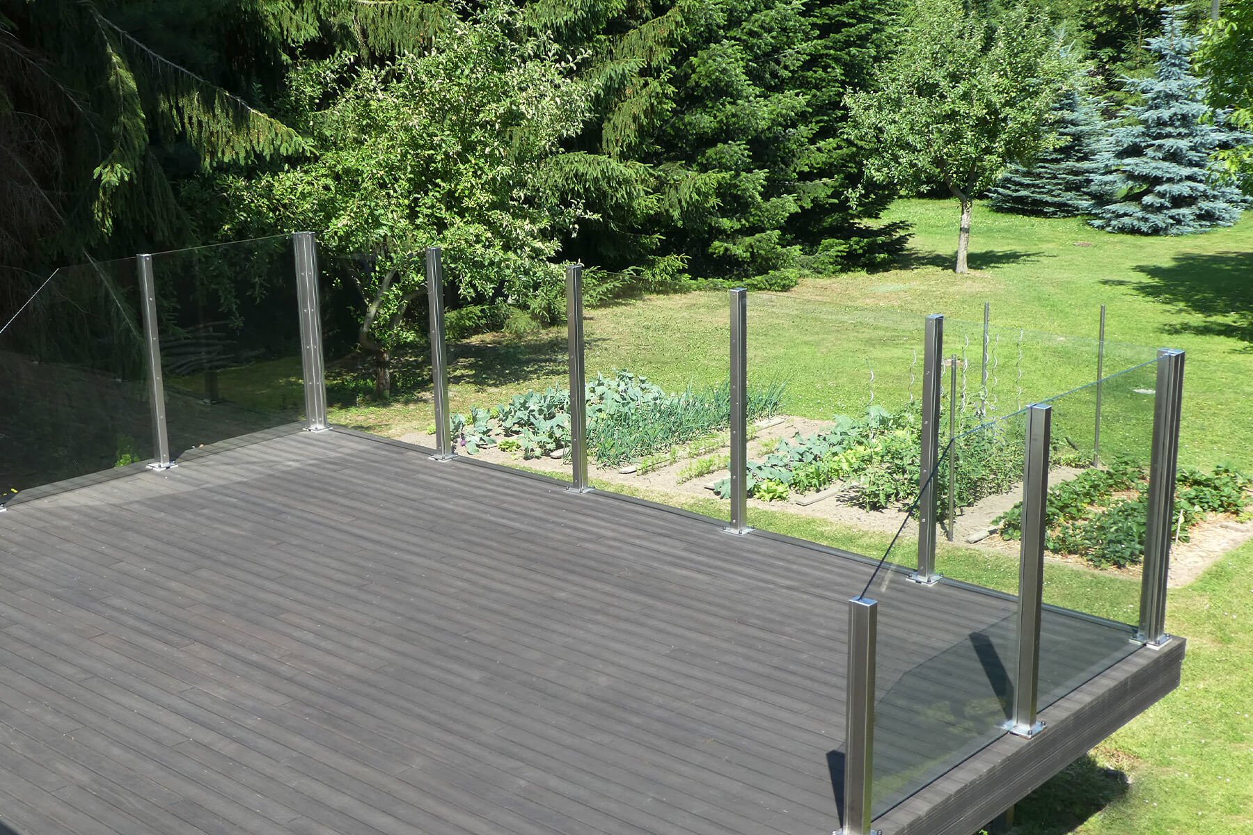 Geschlossener winddichter Glaszaun ohne Sichteinschränkung in cleaner Optik für Garten und Terrasse