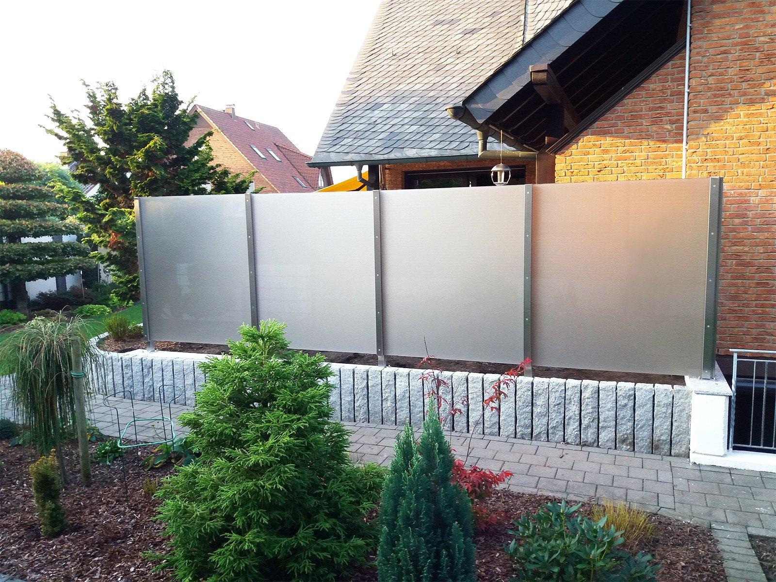 Glaszaun als Sichtschutz sorgt für Privatsphäre im Garten oder auf der Terrasse