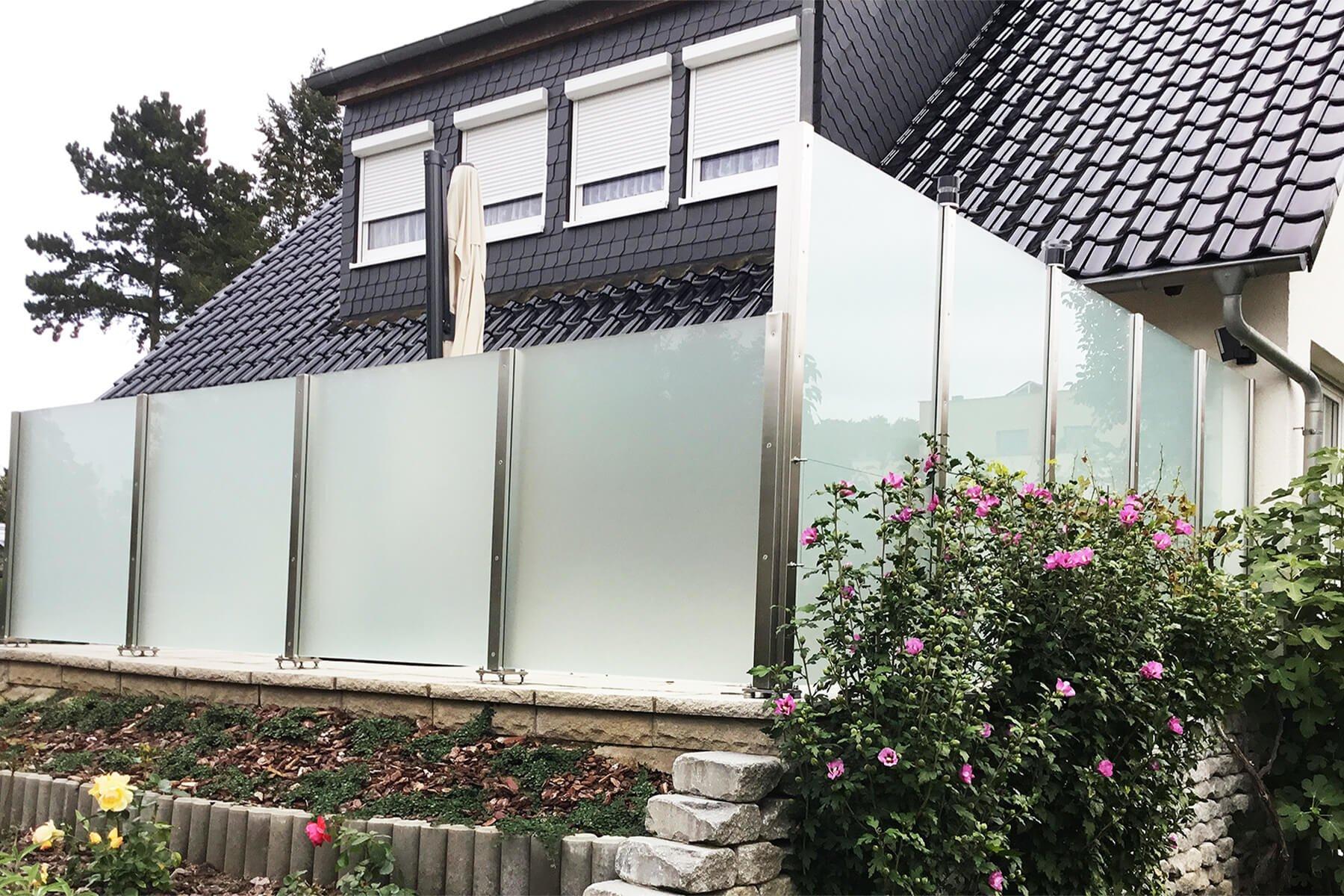 Moderner blickdichter Glaszaun als Wind- und Sichtschutz für den Garten oder Terasse auch geeignet für Untergründe mit Gefälle