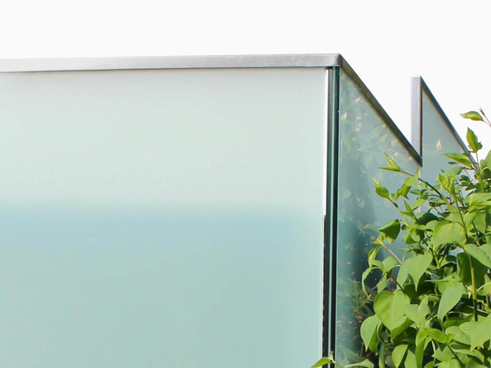 glaszaunsystem-perviento-mit-freitragender-moderner-ganzglasoptik