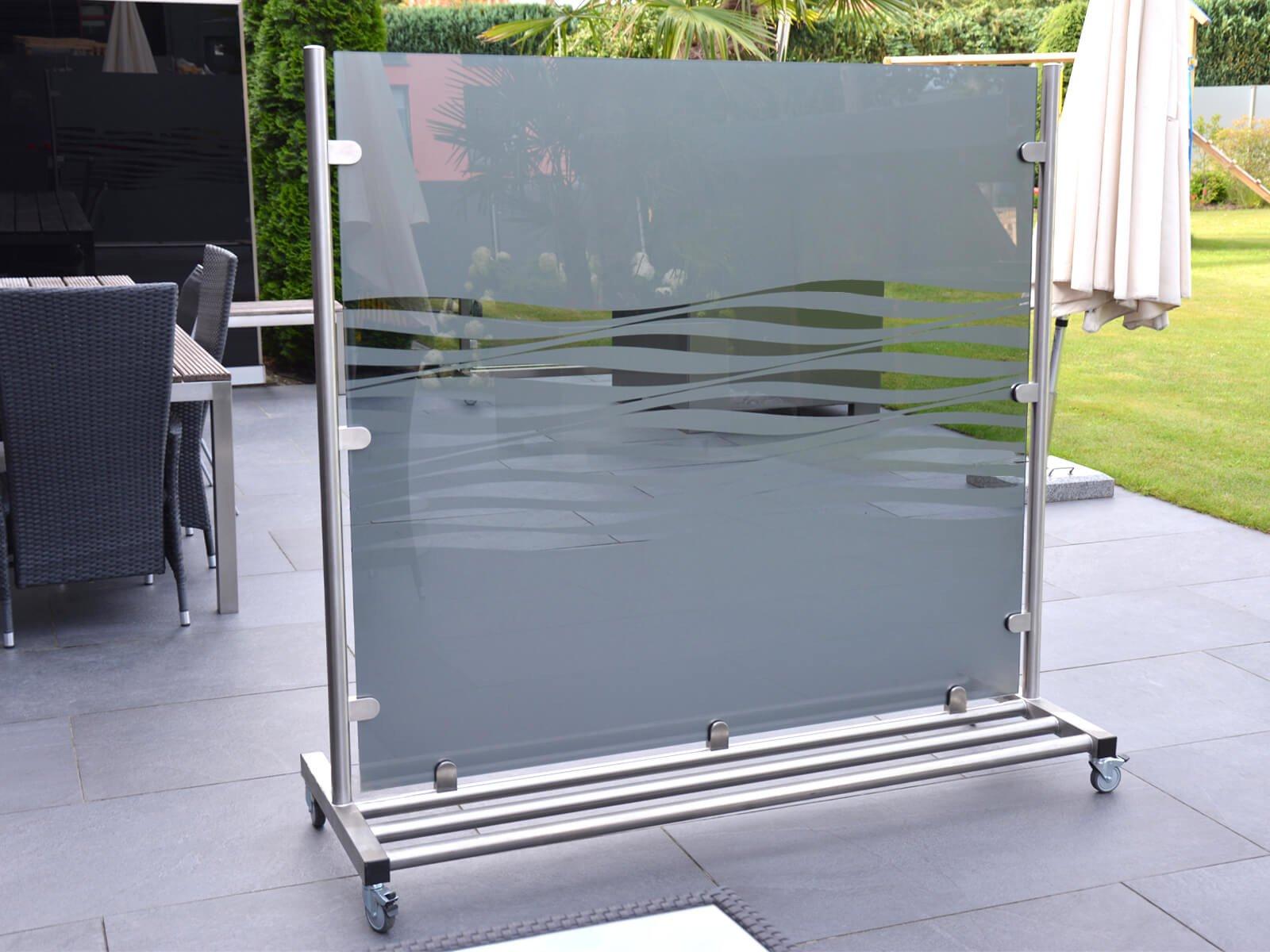 Freistehender Wind- und Sichtschutz aus Glas