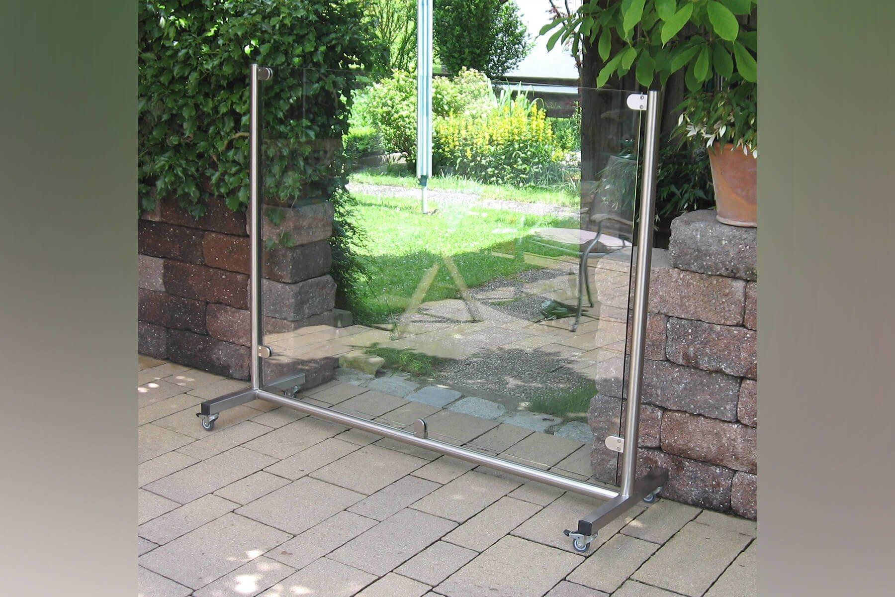 mobiler-glas-windschutz-auf-rollen-freistehend- fuer-garten-terrasse-balkon-beliebig-platzierbar-und- einsetzbar