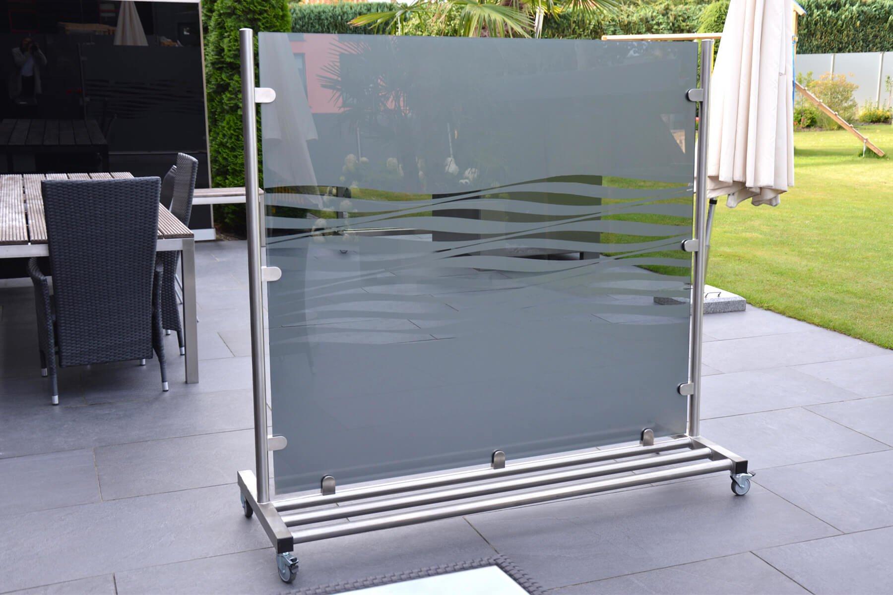 mobiler-windschutz-sichtschutz-auf-rollen-fahrbar- Fuer-jeden-aussenbereich-individuell-gestaltbar-mit-satiniertem-glas