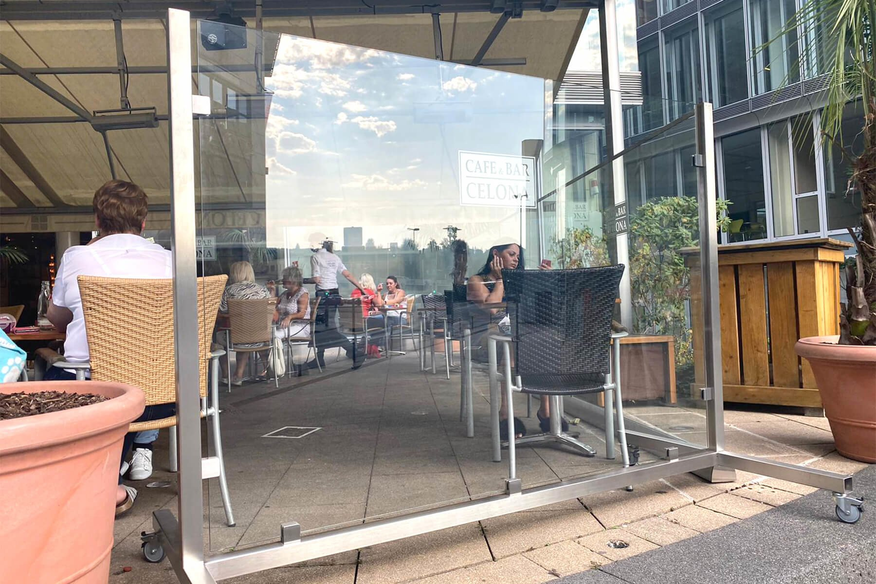 Moderner eleganter windichter Glaszaun ideal für Außenbereiche in der Gastronomie