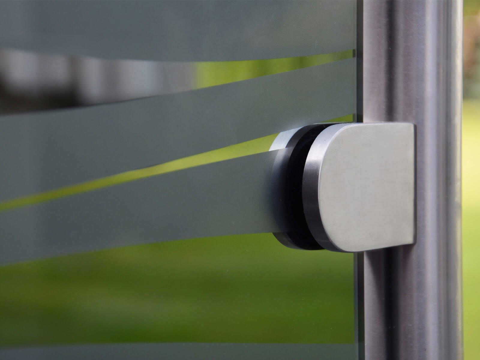 Nahaufnahme mobiler Wind- und Sichtschutz Glasklemme und Pfosten rundes Design
