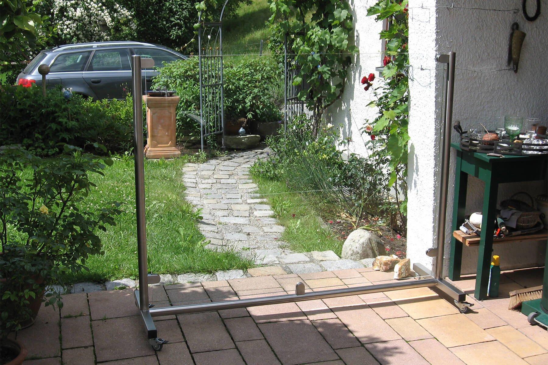 Rollbarer mobiler Windschutz ohne Sichteinschränkung flexibel platzierbar im Garten auf der Terrasse