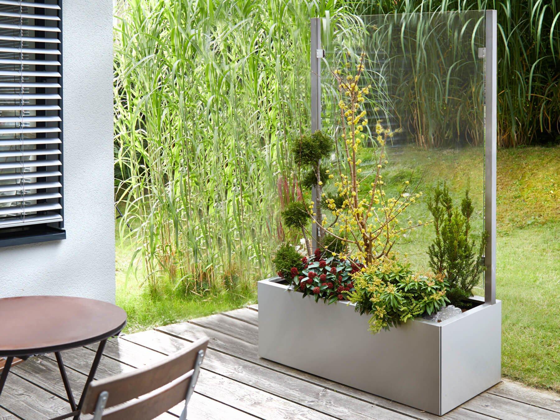 Bepflanzter Pflanzkasten mit Wind- und Sichtschutz auf Terrasse