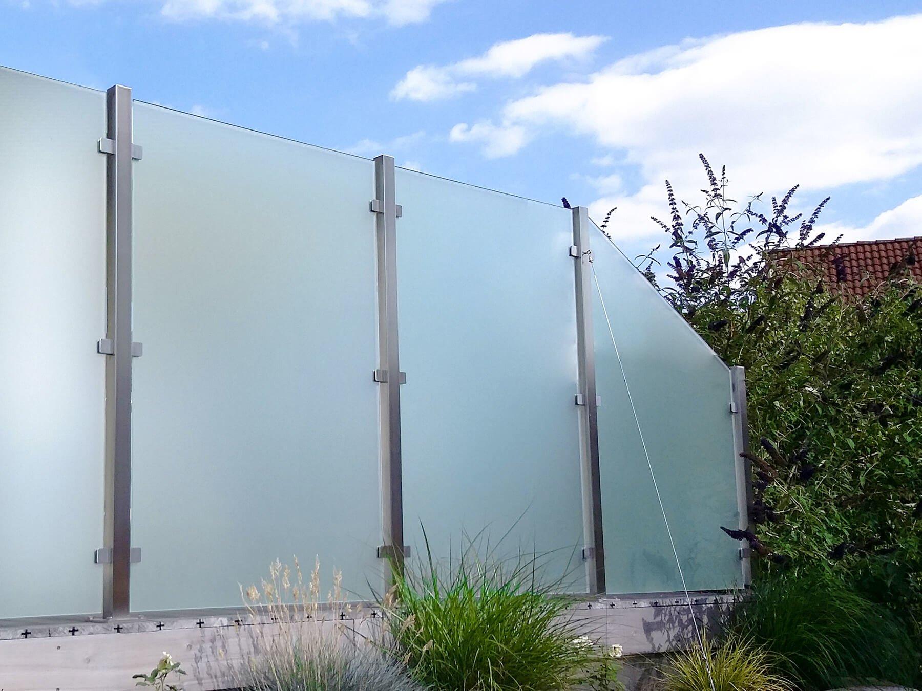 Wind- und Sichtschutz mit seitlichen Glasklemmen im Garten