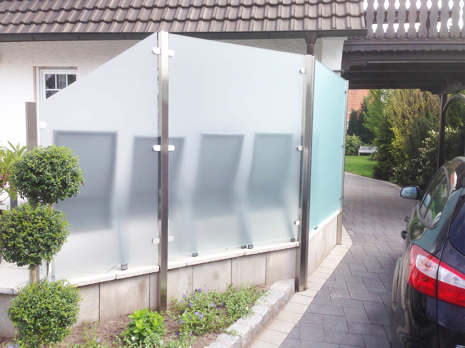 Flexibles Pfostensystem Feng mit individuellen Schrägschnitten Gestaltungsmöglichkeiten und Wind- und Sichtschutzfunktion