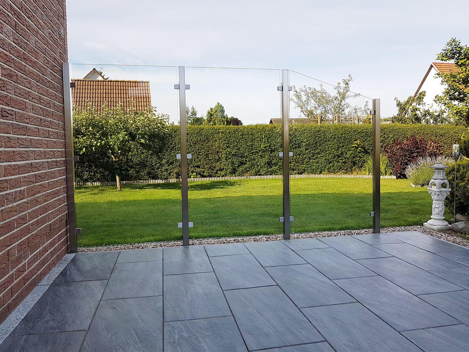 Glaszaun mit Windschutz Feng ohne Sichteinschränkung aus Glas zeitloses Design für Garten und Terrasse